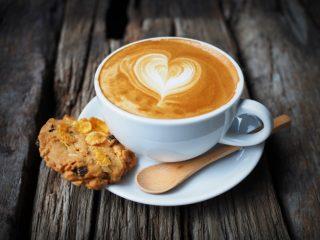 tasse-kaffee-mit-einem-herz-in-schaum-gezogen_1286-70